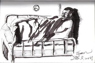 Photo: 包綿被聊天2012.02.05鋼筆 天氣很冷,病舍裡的犯人包著棉被聊天打發時間。