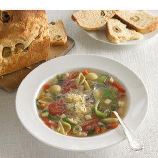 Italiaanse Soep Met Macaroni, Witte Bonen En Olijvenbrood