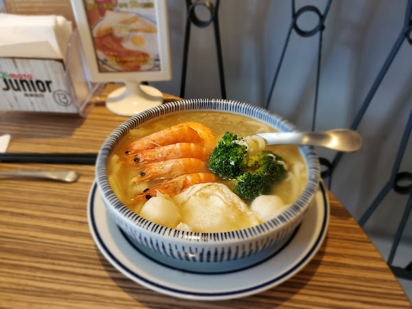 再訪👉奧樂美特junior  美式大份量超值早餐。 就是這個炸魚鮮蝦烏龍麵。 讓我又來了!!  沒錯,上次來也是點這個🤣🤣。 超級滿足的呢! 超喜歡這樣。 一大早的,就有美味可口的烏龍麵。 再來