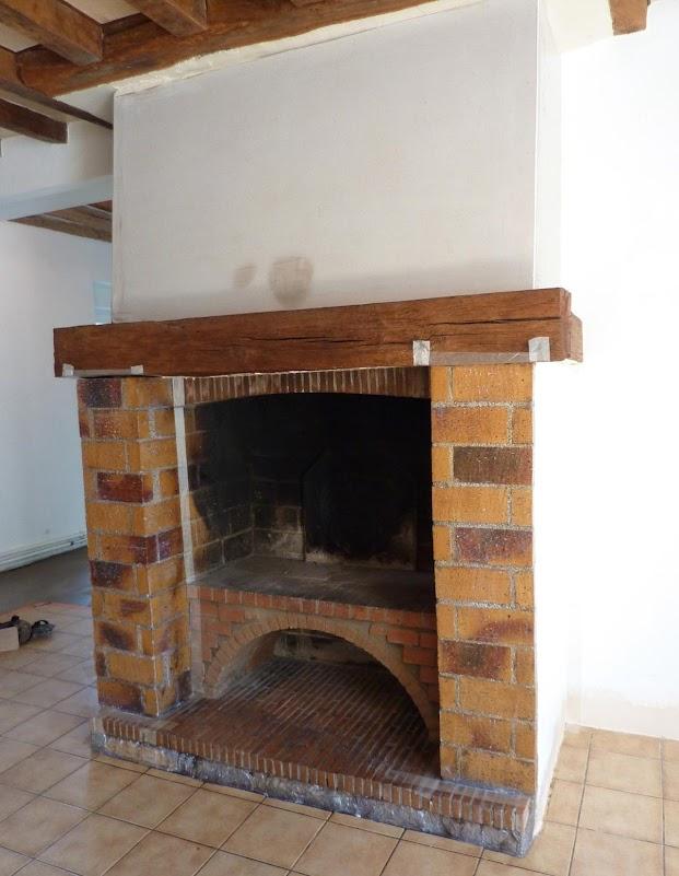 cheminee-avant-renovation-en-beton-cire-embelissement-betons-de-clara_.jpg