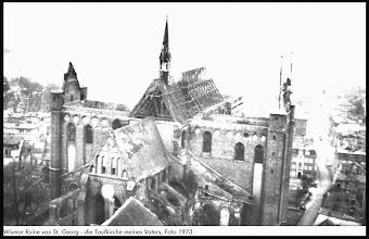 Photo: Kriegsbedingte Ruine der Sankt Georg Kirche in der Hansestadt Wismar im Jahre 1973. In einer Sturmnacht des Jahres 1990 kippte der Nordgiebel um und begrub ein Haus unter sich. Es gab Schwerverletzte.