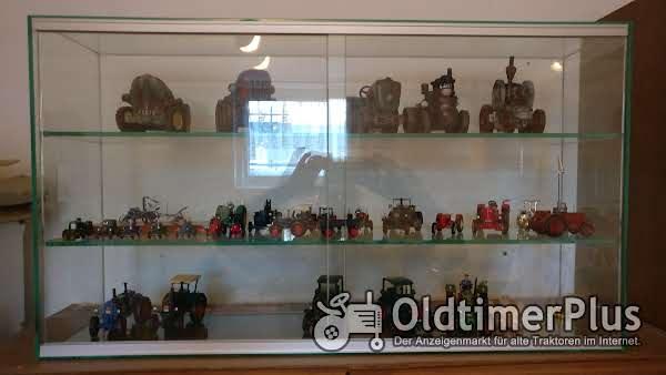 Glasvitrine mit diversen Modellen Foto 1