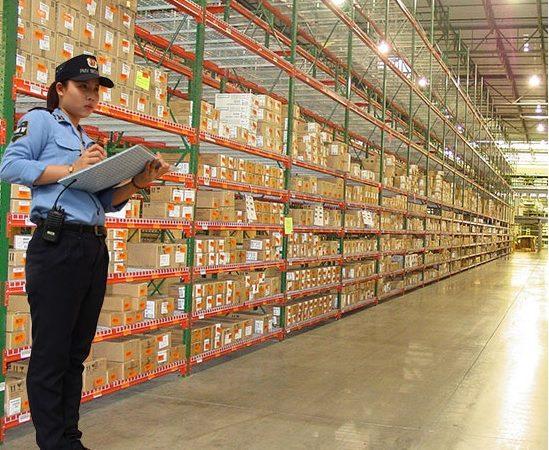 Nhân viên bảo vệ đảm bảo hàng hóa được an toàn tuyệt đối