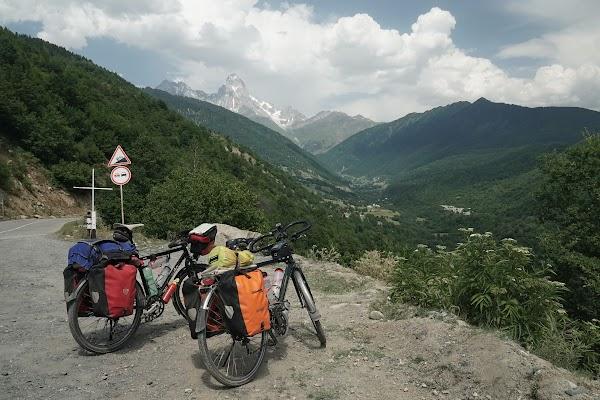 Die zwei Gipfel des Ushba zählt mit rund 4700 m zu den höchsten Gipfeln im Großen Kaukasus.