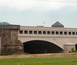 Photo: der Pfeil zeigt auf die Brücke eines fahrenden Schiffes im Kanal