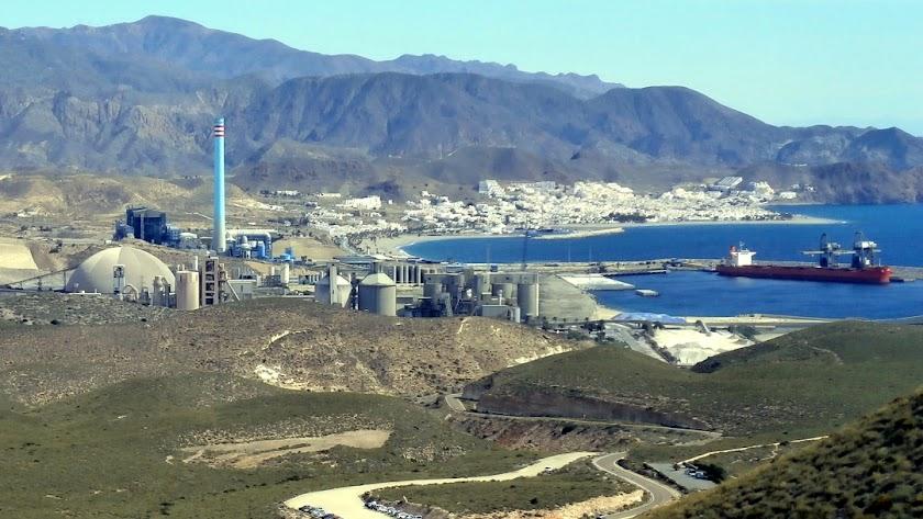 El puerto comercial está  está a 1,2 km, del pueblo, al fondo en la imagen de cabodegata.net.