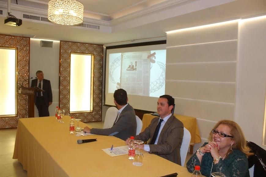 El presidente de la As. de V. Puerta Europa muestra el acta de fundación publicada por La Voz.