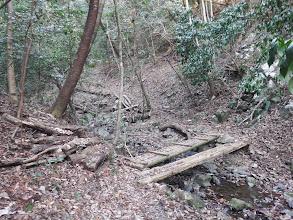 木橋を渡る