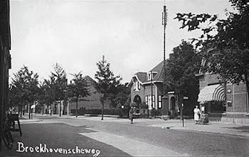 Photo: 1934 - Broekhovenseweg, hoek Groenstraat. Rechts op de hoek van de Groenstraat de villa van de familie Bogaerts, die achter dit pand een fabriek van landbouwmachines bezaten. Later werd het pand bewoond door de artsenfamilie Schuerman. Het huis met zonnescherm was het snoepwinkeltje van Anneke Jansen. Nu staat hier de nieuwbouw van de winkel Lekker en Laag met daarnaast de artsenpraktijk van dokter Schuurman jr.
