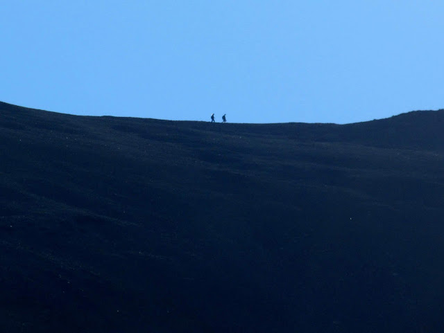 Hikers between Redcloud and Sunshine peaks