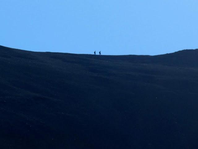 Hikers between Redcloud and Sunshine peaks