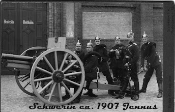 """Photo: Von 1905-1907 war Onkel Karl Mitglied der I. Batterie im Großherzoglichen - Mecklenburgischen Feld Regiment Nr. 60. Motto: """"Kanonendonner ist unser Genuß"""".  Die Artilleriekaserne (Bedeckte Reitbahn) beherbergt heute das Finanzamt Schwerin."""