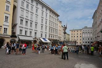 """Photo: Na""""Alter Markt,"""" stoi statua św. Floriana. Po lewej mała ciekawostka - dom wciśnięty pomiędzy kamienice ma zaledwie 1,42 m szerokości !"""