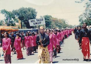 Photo: Pada hari Jumat tanggal 9 Juni 1995 Piala Adipura yang pertama, diarak menuju Kantor Walikota Ujung Pandang oleh barisan pakaian adat Sulawesi Selatan.