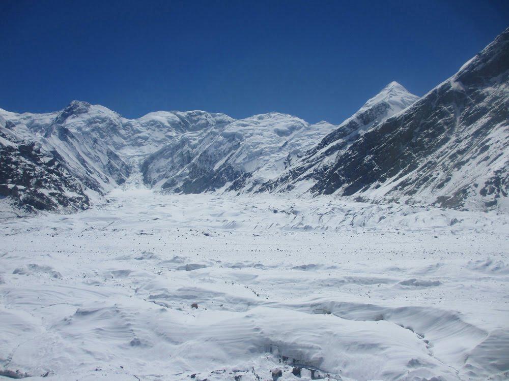 "Visitar o GLACIAR INYLCHEK - ""Roads? Where we're going we don't need . . . roads""   Quirguistão"