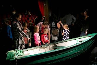 Photo: A közönség és a csónak