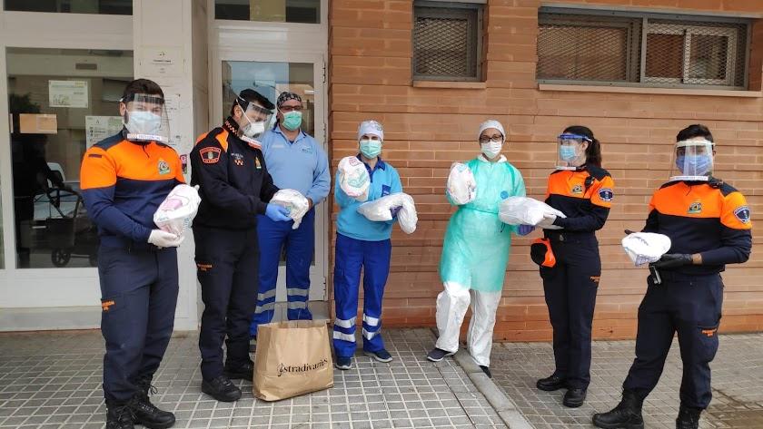 Personal de Protección Civil entregando el material en el Hospital del Poniente.