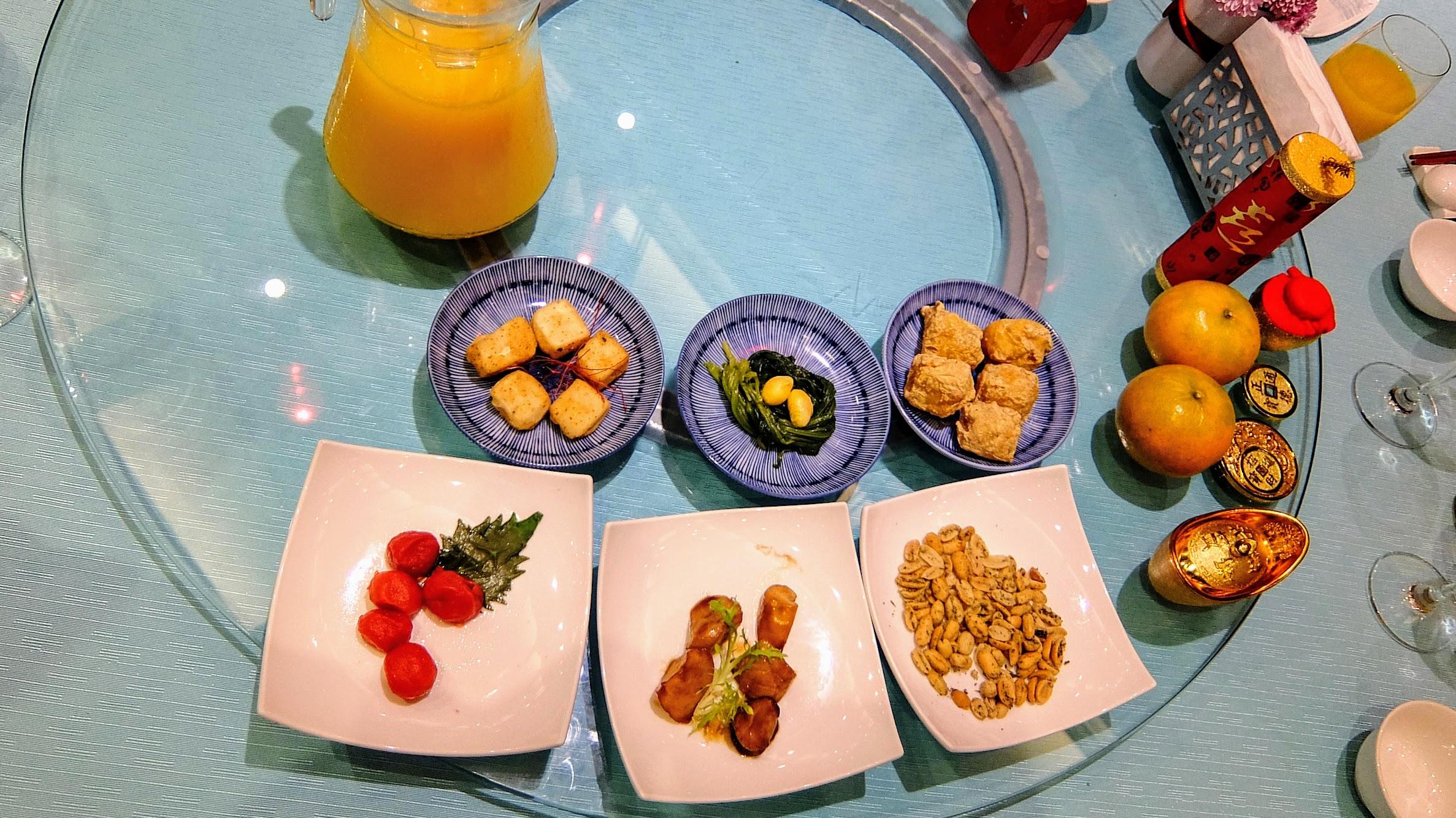 前菜(金磚豆腐、酥炸年糕、百果長年菜、萬壽果、極汁杏菇、梅汁番茄)! 另外柳橙汁是無限暢飲的...