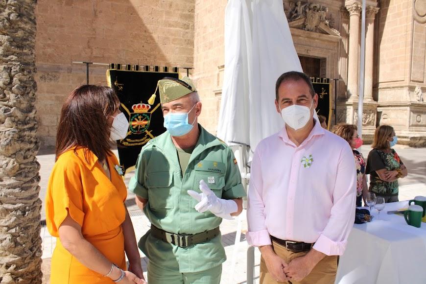 La presidenta de la AECC-Almería, el general jefe de la Brigada de La Legión y el gerente de la AECC-Almería.