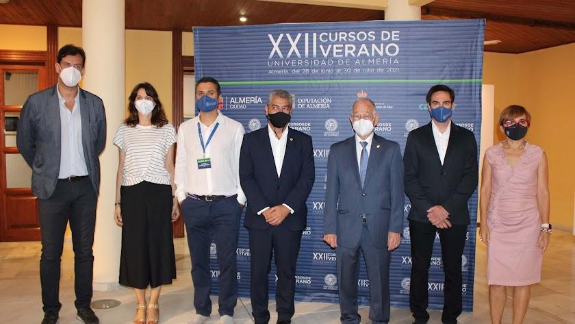 Foto de familia en la inauguración de los XXII Cursos de Verano de la UAL en Roquetas de Mar.
