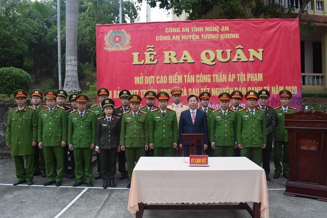 Đại diện lãnh đạo và chỉ huy các Đội nghiệp vụ ký cám kết hoàn thành xuất sắc nhiệm vụ trong Lễ ra quân