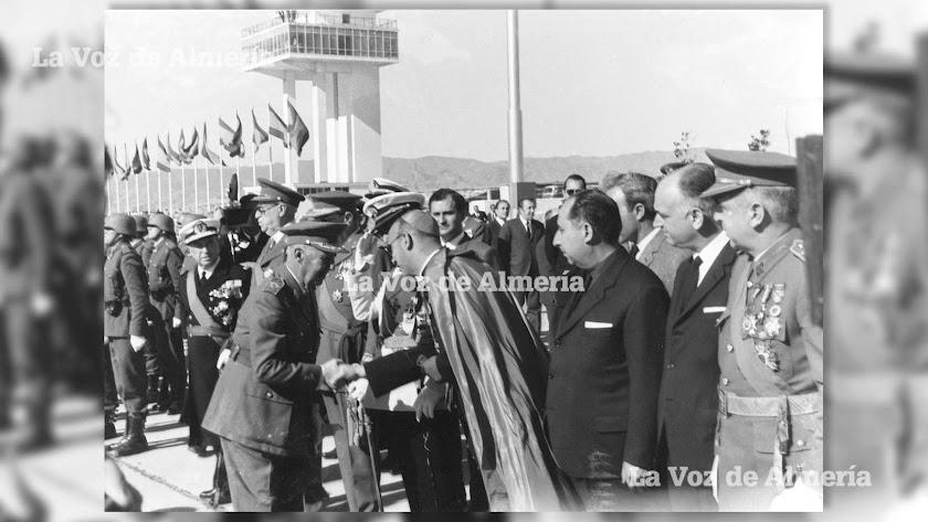 Francisco franco saludando al Obispo de Almería, don Ángel Suquía, nada más aterrizar en el aeropuerto. Cerca estaba el Gobernador, Luis Gutiérrez.