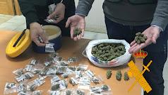Los agentes desmantelaron un punto de venta de droga activo.