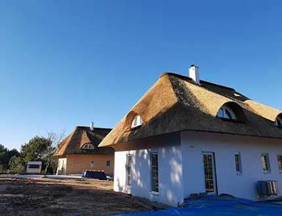 Domy z pokryciem trzcinowym w trakcie budowy