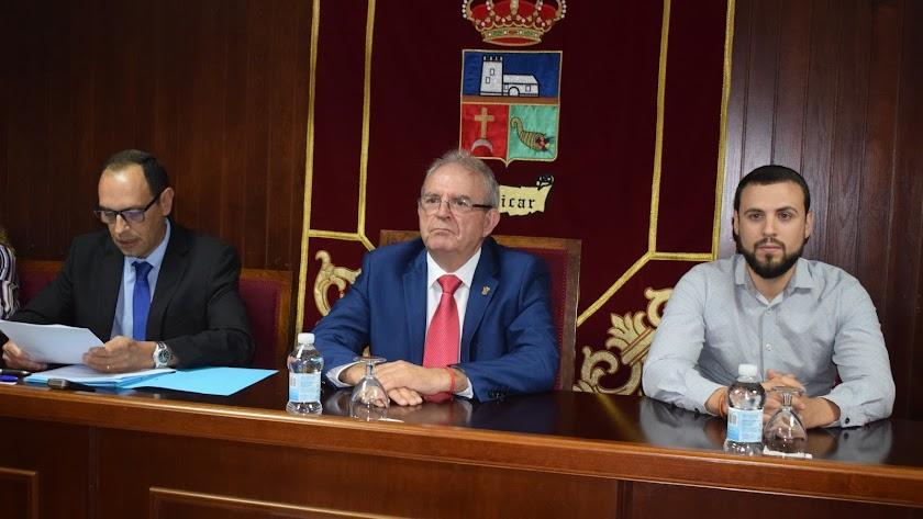 Rafael Ruda (derecha), en la mesa de edad del Ayuntamiento de Vícar.