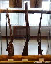 Photo: De drie wereldberoemde geweren, van links naar rechts: de zilverbuks van Winnetou, de berendoder en de henrybuks van Old Shatterhand/Kara ben Nemsi