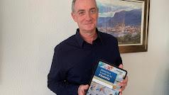 Francisco J. Gutiérrez Gómiz con su libro sobre filatelia en una tablet.