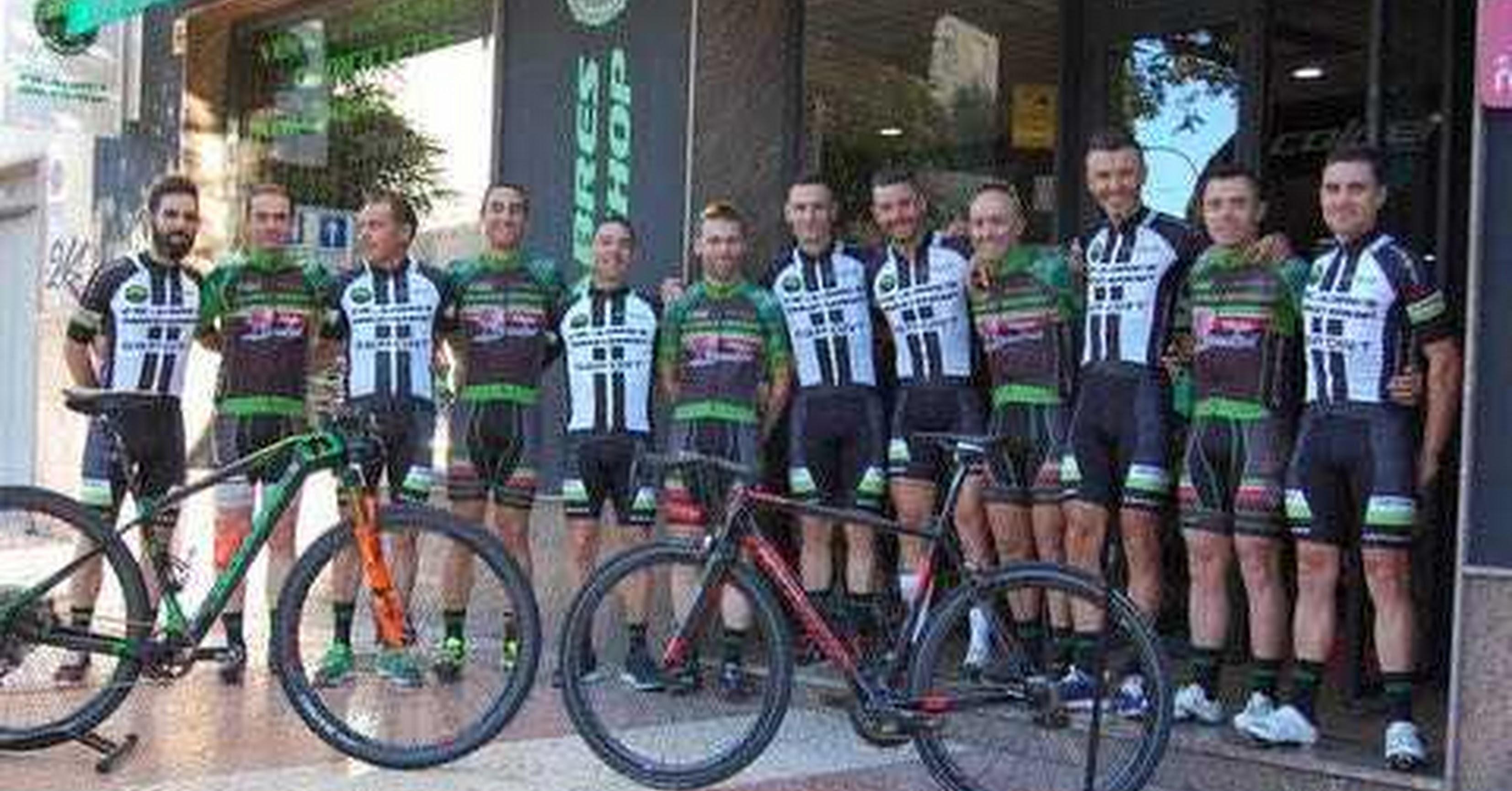 El equipo ciclista al completo.