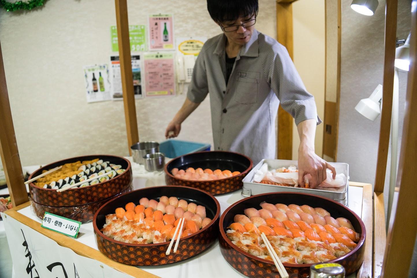 目の前で握る寿司(前田朋和さん)