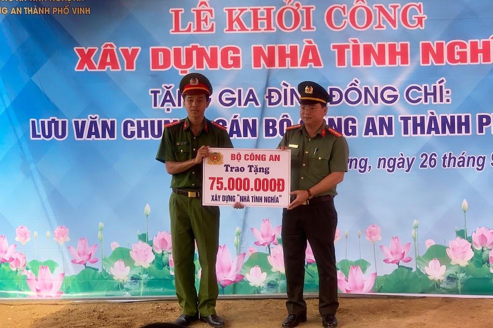 Đồng chí Thiếu tá Nguyễn Thanh Tuấn, Phó Trưởng phòng Tổ chức cán bộ Thừa uỷ quyền trao số tiền hỗ trợ của Bộ Công an cho đ/c Thiếu uý Lưu Văn Chung.