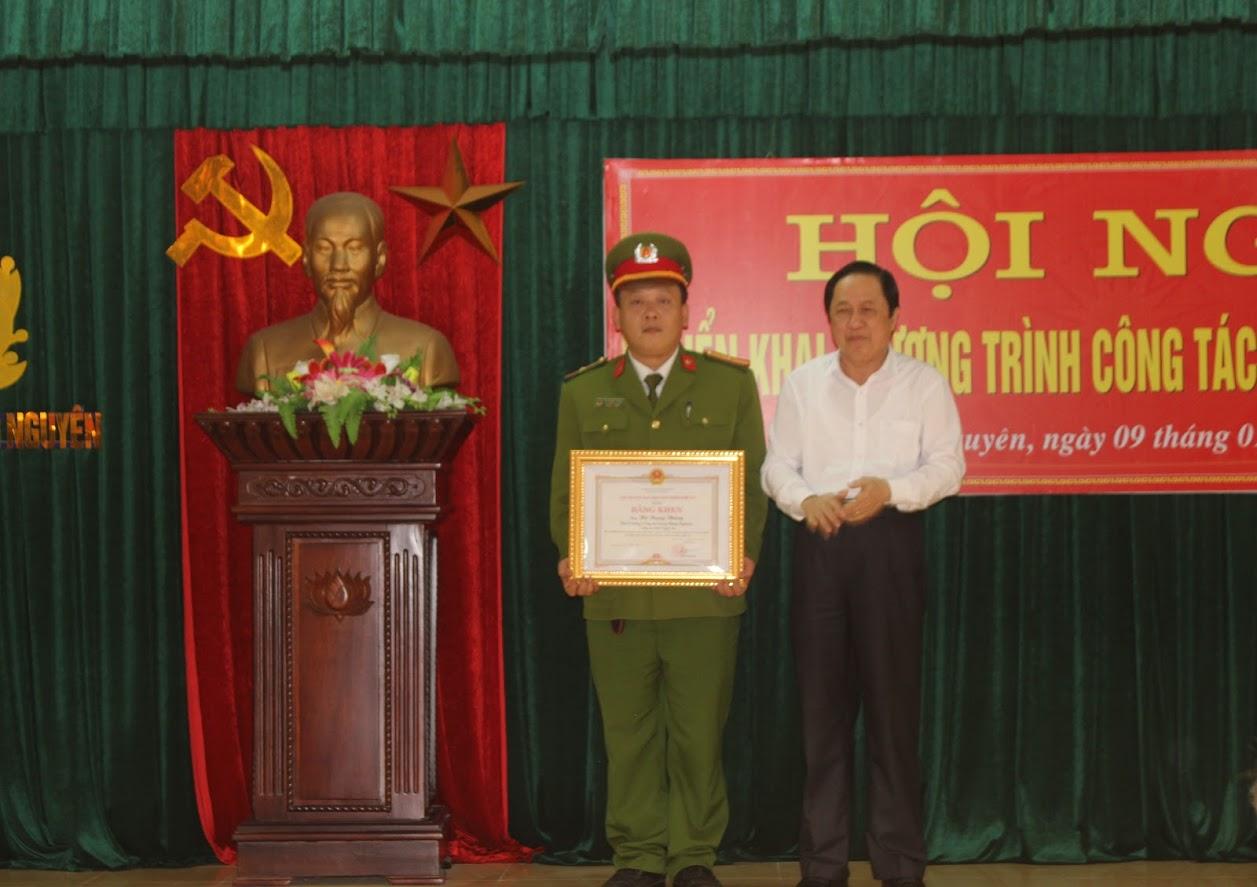 Ông Ngô Phú Hàn, Chủ tịch UBND huyện trao Bằng khen của Chủ tịch UBND tỉnh cho Thiếu tá Hồ Trung Thông, Phó Trưởng Công an huyện