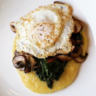 Quick polenta with Spinach & mushrooms & fried egg