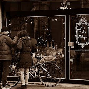 Christmas shopping by Andrea Tomašević - City,  Street & Park  Street Scenes ( christmas, couple, street scene, italy, people, street photography )