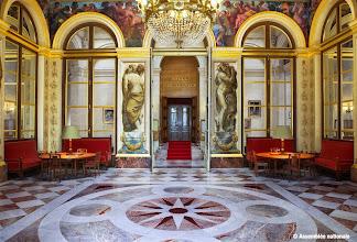 Photo: Salon Delacroix Conçu pat Jules de Joly, ce salon est décoré de motifs commandés à Eugène Delacroix par Adolphe Thiers. Aujourd'hui, il est le rendez-vous des députés siégeant à gauche