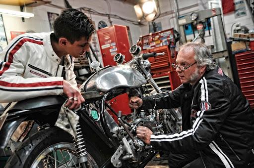 triton-en-phase-de-remontage-par-l-equipe-de-machines-et-moteurs-specialiste-norton-et-triumph