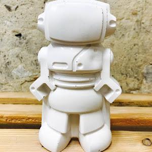 objet déco en béton en forme de robot pour une déco geek