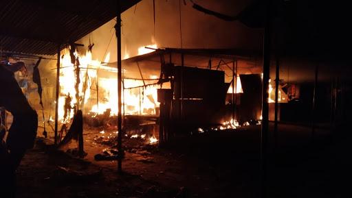 बाकर गंज बाजार में चौकी के सामने लगी भीषड़ आग