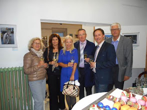 "Photo: Finissage der AUSSTELLUNG WERNER KAUFMANN / Fotos ""Das andere Athen"" am 4.5.2016. Fr. Smith, Sabine Nobel, Exzellenz Eve Külli-Kalla, Werner Kaufmann. Klaus Billand.  Copyright: Esther Hatzi"