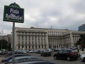 Photo: Rou3S101-151001Bucarest, place Révolution, plaque, sur fond d'ancien siège du PC IMG_8602