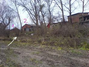 Photo: Žiūriu  ką matau  2010  metų   biržely..  Ieškau   pastatų,  anoj  1961 m.  knygoj  naudotoj   nuotraukoj  mano  pažymėtų  1 ir 2.  Situacija  tinka.   Pastatai  tose  vietose  1-2   raudonų  plytų, labai  seni,  buvo  ir  tada, senais laikais -  tebestovi  ir dabar (2010 m.)