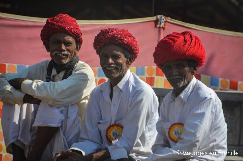 Hommes aux turbans rouges