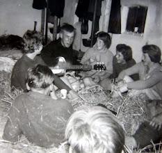 """Photo: JG kamp Appelscha 1961 Met gitaar Lodewijk Meijer rechts Hilje Schuiling, Gé Wessels en Jannie Kruit Links Dineke Wessels. En dan zong hij: """"oh, Marijke ik ben zo alleen."""""""