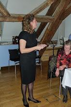 Photo: Doris Ilg beim Organisieren