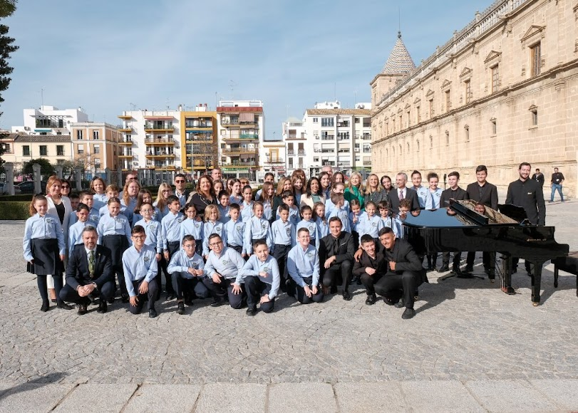 El Coro Infantil Pedro Mena pone voz en Sevilla al himno de Andalucía.