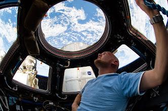 Photo: Der deutsche ESA-Astronaut Alexander #Gerst genießt die Aussicht aus der Cupola der Internationalen Raumstation ISS vier Tage nach seiner Ankunft am 29. Mai 2014. (FW) #bluedot Quelle: NASA