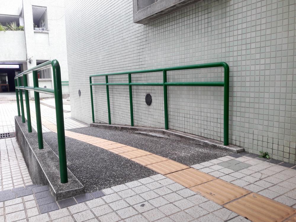 É possível criar equipamentos urbanos multiplamente acessíveis. (Fonte: Shutterstock)